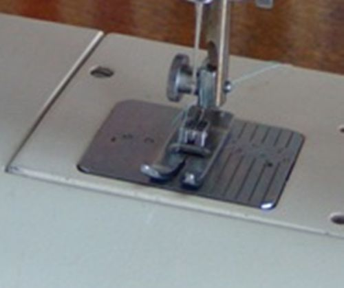 Easy to read seam guide on the needle plate